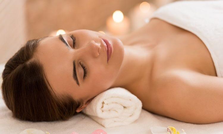 Femme relax à L'institut Secrets de Beauté à Avord