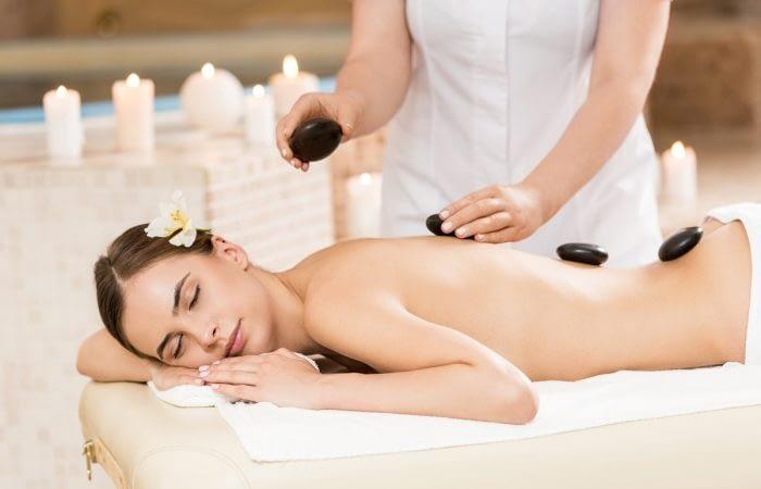 Massage pierres à L'institut Secrets de Beauté à Avord